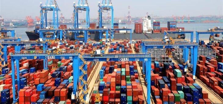 Ingorgo di container nei porti cinesi per focolai di Covid-19 tra portuali. Si teme crisi di Suez